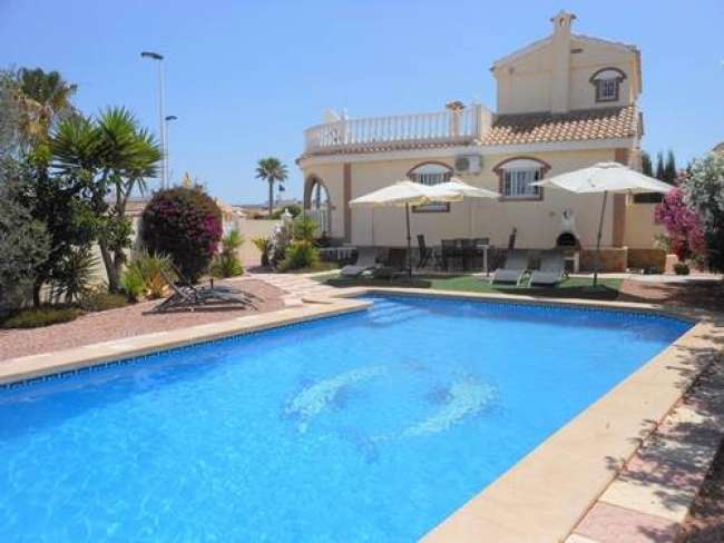Fully air-conditioned 3 bed 3 bath villa with pool and WiFi and large garden
